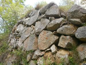 Cerler. Paredes de piedra camino de la ermita