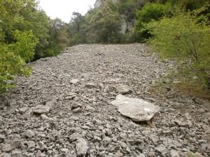 Subiendo por la canal, derrubios de piedra caliza