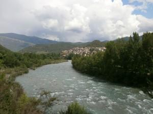 Río Ara y al fondo Boltaña