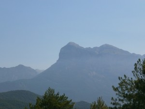 La Peña Montañesa. Al fondo el macizo de Cotiella