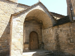 El Pueyo de Araguás. Portada iglesia parroquial