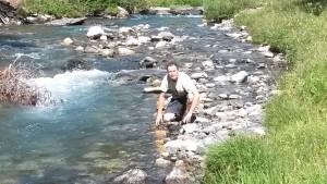 Gabriel refrescándose en el río Estós