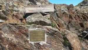 Placa recordatoria de la evacuación en el Puerto Viejo