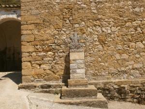 Betorz. Delante de la iglesia parroquial