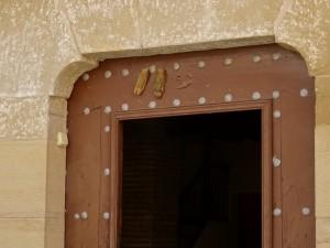 Junzano. Símbolos protectores sobre la puerta