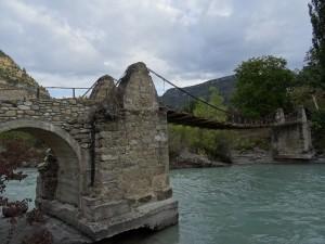 Santaliestra. Puente colgante sobre río Ésera