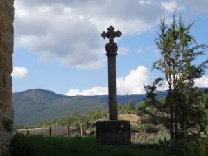 Torre de Obato. Cruz de piedra en iglesia de San Pedro