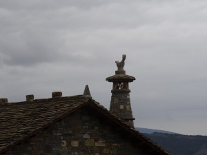 Atiart. Chimenea con la figura de un gallo