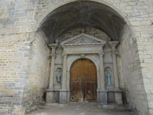 Lascuarre. Pórtico iglesia La Asunción