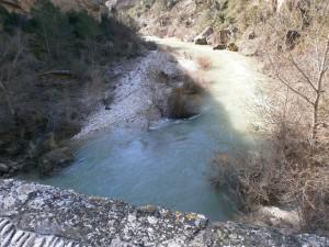 Río Alcanadre a su paso por el puente de Junzano