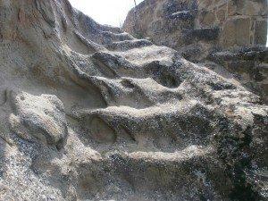 Azara. Escaleras excavadas en la roca subida al castillo