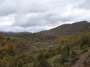 Camino de Otín. Al fondo sierra de Balcez