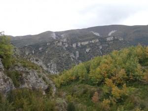 Otín. Al fondo el Mascún y la sierra de Balcez