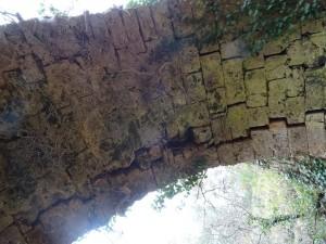 La Tosquilla. Intradós agrietado del puente de tosca