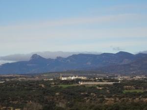 Desde la ermita, vista de Arbaniés y el Gratal al fondo
