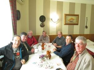 Todo el grupo alrededor de una buena mesa