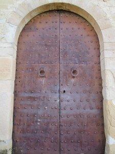 Ermita de San Román de Castro. Puerta revestida con chapa