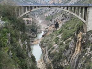 Puente y cauce del río Ésera aguas abajo de la presa