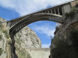 Desde el cauce del río, vista del puente y presa de Barasona