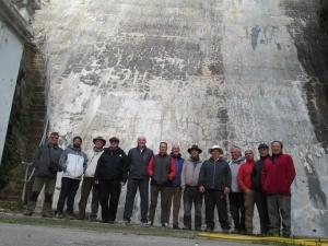El grupo Caminantes de Alpargata, a los pies de la presa