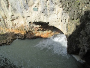 Canal de desagüe de la presa. Caudal ecológico