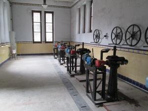 Interior de la sala de control de las compuertas del canal