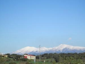 Sierra de Guara, cubierta de nieve, desde Adahuesca