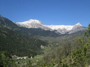 San Pedro de Tarbernas al fondo. Crestas de Armeña