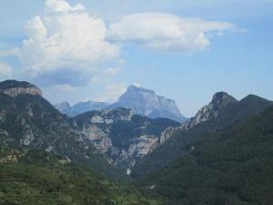 La Peña Montañesa al fondo