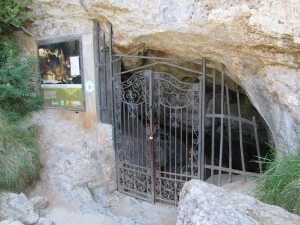 Villanúa. Entrada Cueva de las Güixas