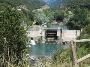 Villanúa. Presa en el río Aragón