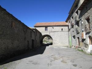 Castejón de Sobrarbe. Paso cubierto de la escuela