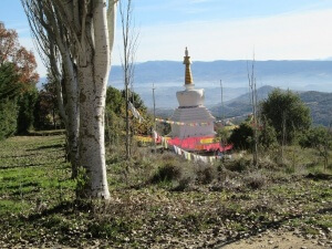 Estupa con sus banderines. Templo Budista de Panillo