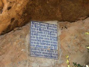 Peña Quemada. Vieja lápida de cerámica