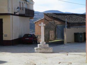 Caladrones. Cruz en el centro del pueblo