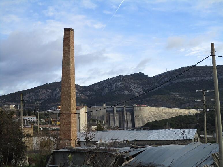 Desde el Barrio del Cinca en El Grado. Vista de la presa. En primer término chimenea de una antigua tejería