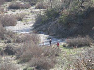 El sendero va por el cauce del río Llastre
