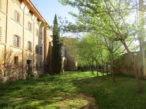 Casbas de Huesca. Patio del Monasterio