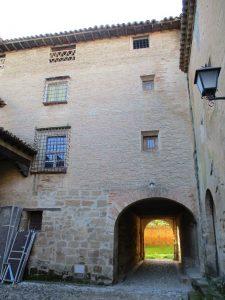 Casbas de Huesca. Entrada a la plazuela de la portería del Monasterio