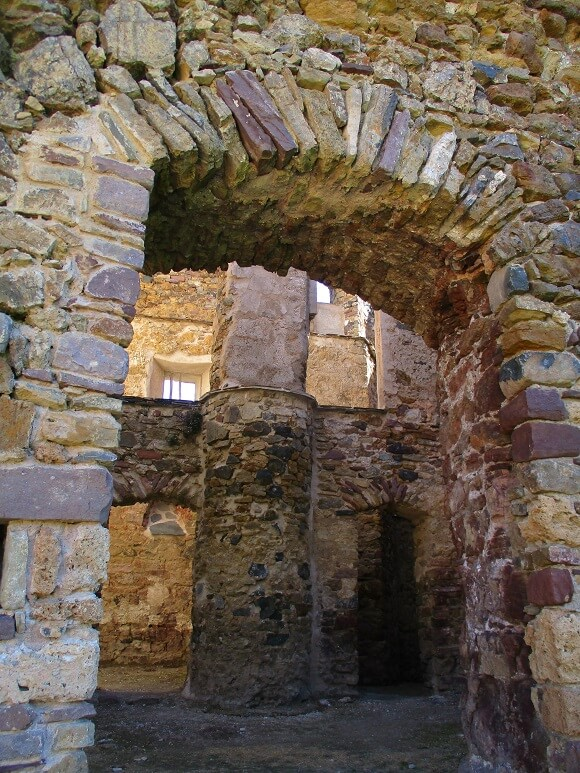 Castarné. Portal de entrada al interior del castillo de los Azcón