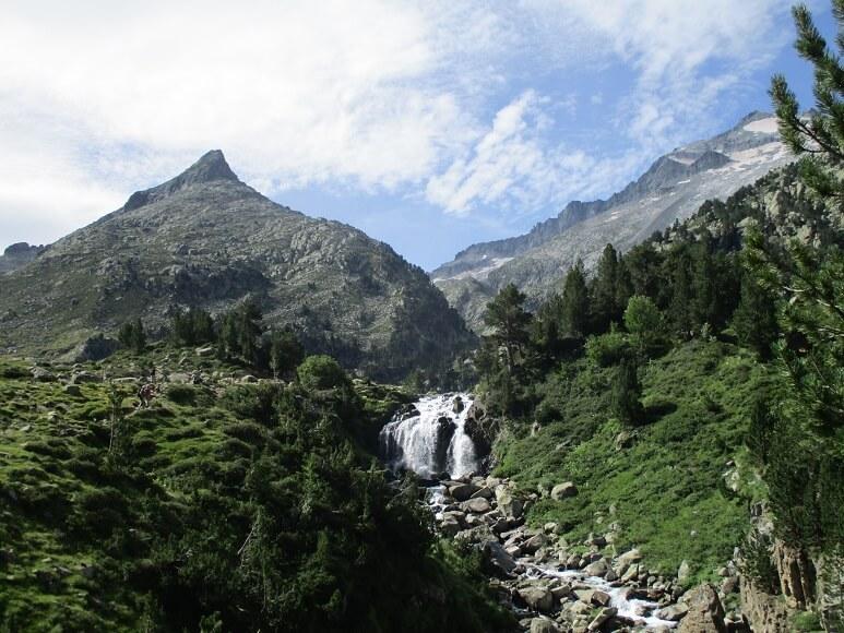 Cascada y Tuca d'Aiguallut. Pico Aneto al fondo