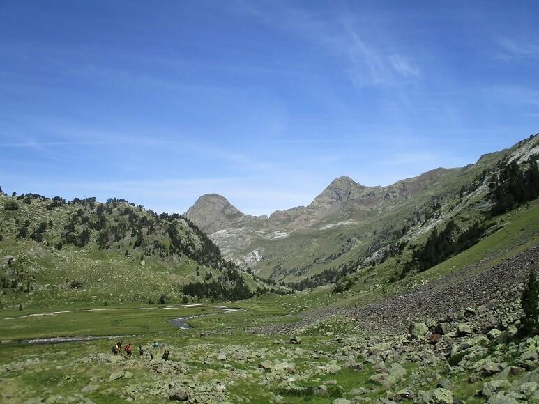 Al fondo Portillón de Benasque y picos Salvaguardia y La Mina