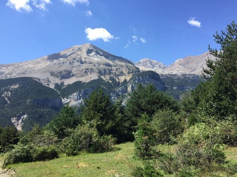 Pico Cotiella, al fondo