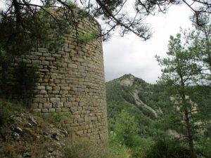 Castillo de Panillo. Al fondo Tozal de la Grustana