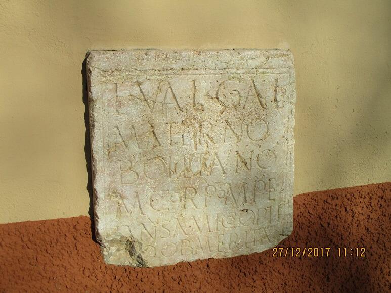 Lápida en la pared de la ermita de la Virgen del Perpetuo Socorro