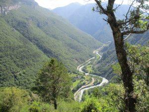 Desde la senda del canal, el valle del Cinca