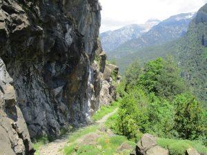 Senda del canal. El valle de Bielsa al fondo