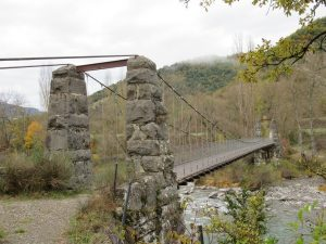 Puente colgante entre Albella y Lacort