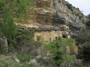 Montgai. Casas adosadas a la roca