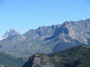 Peña Foratata. Al fondo Midi d'Ossau
